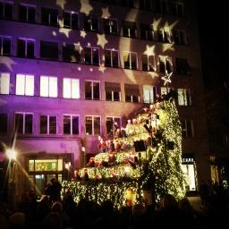 ...Glühwein und der singende Weihnachtsbaum, wenn alles um dich herum dunkel ist.