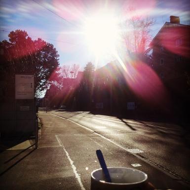 ...eine Mittagspause mit dem Kaffee in der Hand und der Sonne im Gesicht.